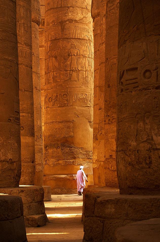Perderse en el bosque de pilares en Karnak, uno de los recintos religiosos más grandes del mundo, Egipto © Pablo Charlón / Getty Images