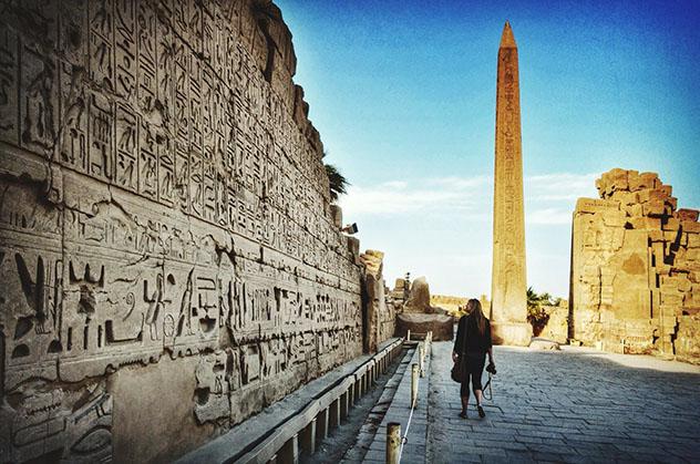 Mujer viajera en el templo de Karnak, Luxor, Egipto