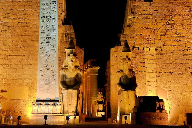 Las colosales estatuas de Ramsés II montan guardia en el templo de Luxor, Egipto © WitR / Shutterstock