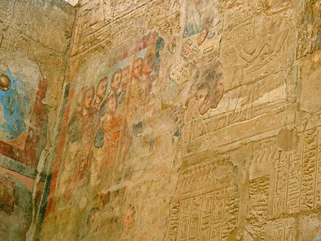 Pinturas de figuras cristianas cubriendo jeroglíficos egipcios en el templo de Luxor, Egipto © Liz_Miller / Shutterstock