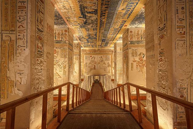 El descenso a las impresionantes y bellas cámaras funerarias del faraón en el Valle de los Reyes, Luxor, Egipto © Jakub Kyncl / Shutterstock