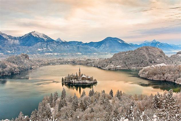 La espectacular belleza del lago Bled en invierno, Alpes Julianos, Eslovenia © Franci Ferjan / Slovenian Tourist Board