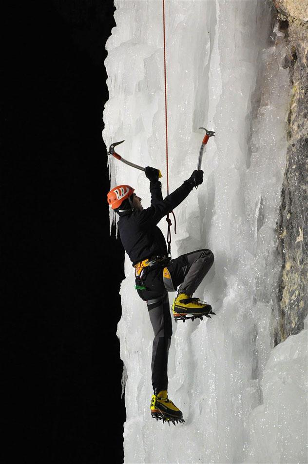 Escalando una cascada helada, Alpes Julianos, Eslovenia © ŠD Lednih plezalcev Mlačca Mojstrana