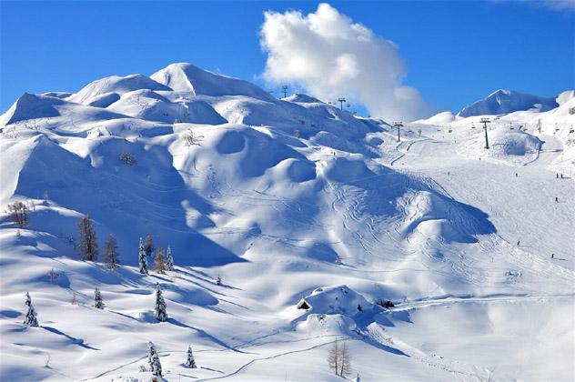 El ondulado terreno de Vogel ofrece sencillos desvíos fuera de pistas, Alpes Julianos, Eslovenia © Vogel Ski Resort