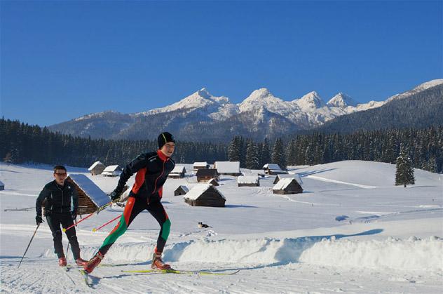 Esquí de fondo por los pastos del monte Zajavornik, en Pokljuka, Alpes Julianos, Eslovenia © Mojca Odar, Turizem Bohinj