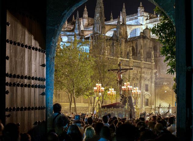 Procesión de Semana Santa en Sevilla, Andalucía, España © Manual Focus 94 / Shutterstock