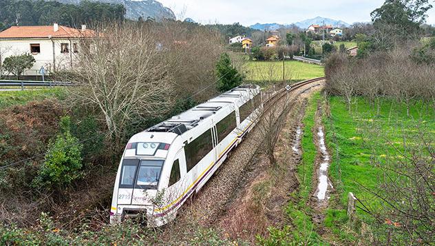 Tren FEVE por Ribadesella, Asturias, España
