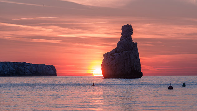 Puesta de sol des de la cala Benirràs de Ibiza, Baleares, España