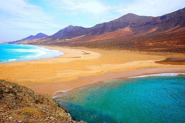 Playa de Cofete y playa de Barlovento, Fuerteventura, Canarias, España © lunamarina / Shutterstock