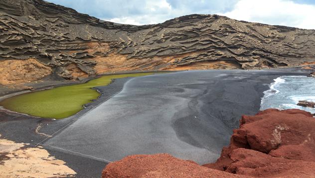 Formaciones de piedra caliza cerca de la playa El Golfo en Lanzarote © Fernando Tatay / Shutterstock
