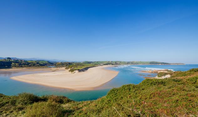 La playa de Oyambre, rodeada de campos verdes, Cantabria, España © Quintanilla / Shutterstock