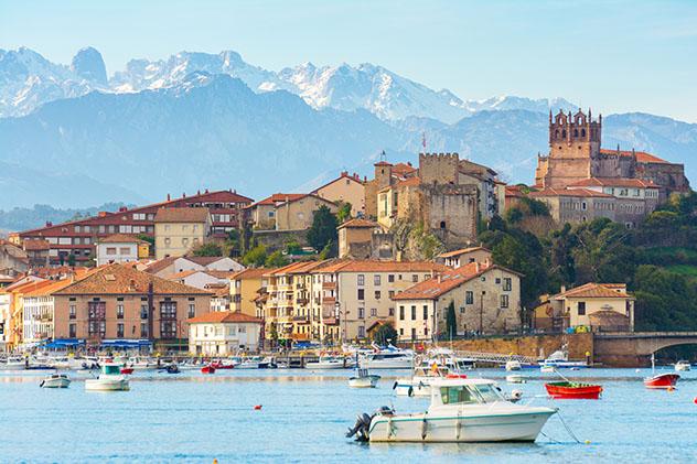 San Vicente de la Barquera, pueblo de costa de Cantabria, España
