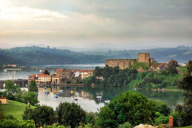 San Vicente de la Barquera, con los Picos de Europa como telón de fondo, Cantabria, España © Diabluses / Shutterstock