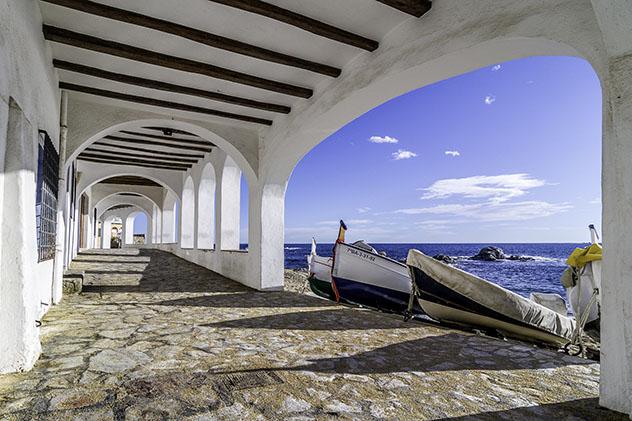 Casas porticadas frente al mar en Callella de Palafrugell, ruta por la Costa Brava, Cataluña por carretera