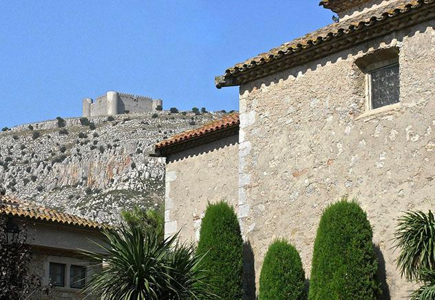 Vistas del castillo desde Torroella de Montgrí, ruta por la Costa Brava, Cataluña por carretera