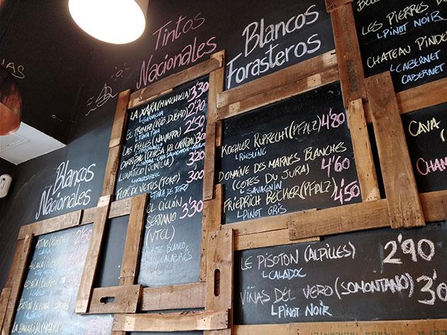 Las recomendaciones de la Taberna Averías apuntadas en la pizarra, calle Ponzano, Madrid, España © Cassandra Gambill / Lonely Planet