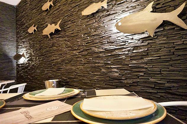 El interior de DeAtún, con siluetas de atunes en las paredes, calle Ponzano, Madrid, España © Daniel Welsch / Lonely Planet