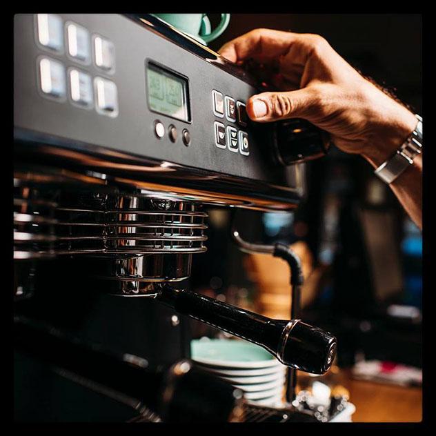 Una de las máquinas de café del Rebel Café, calle Ponzano, Madrid, España © www.ebelcafe.business.site