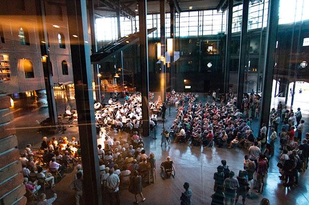 Interior de la Alhóndiga Bilbao, Bilbao, País Vasco, España © www.azkunazentroa.eus