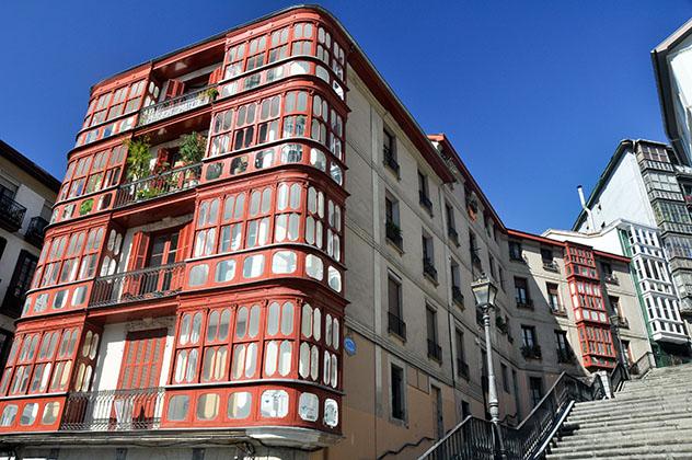 Fachadas de los edificios de las Siete Calles, Casco Viejo de Bilbao, País Vasco, España © Noradoa / Shutterstock
