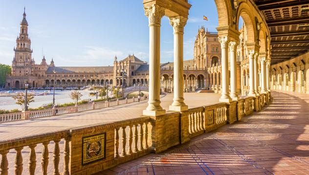 La porticada y semicircular Plaza de España ha aparecido en varias películas, como Star Wars y Lawrence de Arabia © LucVi / Shutterstock