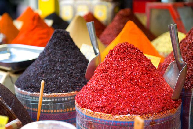 Especias y frutos en un bazar de Estambul, Turquía © Amy Johansson / Shutterstock