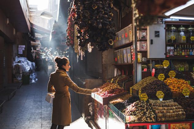 Alimentos frescos en un bazar de Estambul, Turquía © Breslavtsev Oleg / Shutterstock
