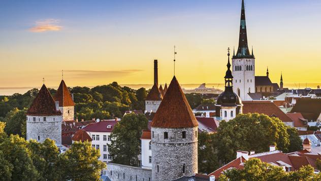 El cautivador casco antiguo de Tallin recuerda a un cuento de hadas © SeanPavonePhoto / iStockphoto / Getty Images