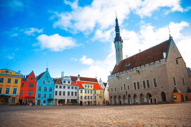 Plaza del Ayuntamiento, Tallin, Estonia © Skreidzeleu / Shutterstock