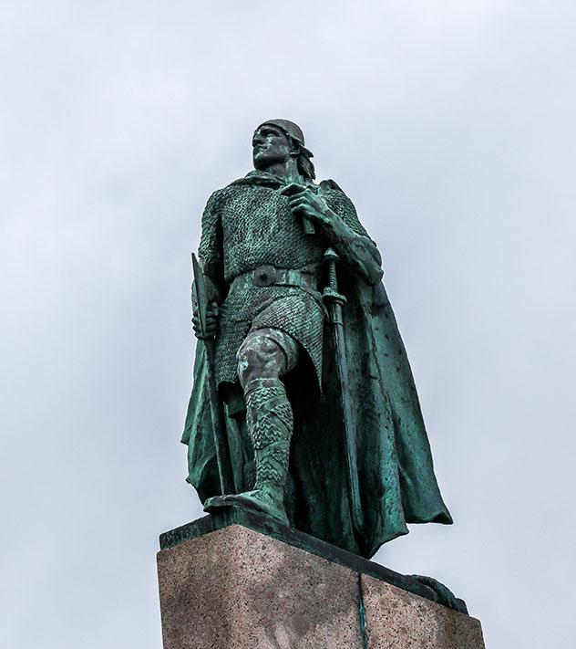 Estatua del explorador Leif Erikson frenteHallgrimskirkja en Reikiavik, Islandia