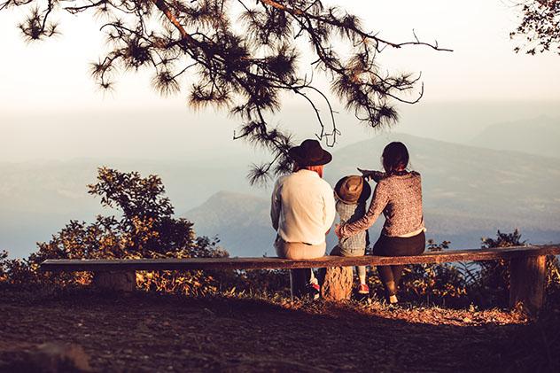 Familia viajera en plena naturaleza © I Water / Shutterstock