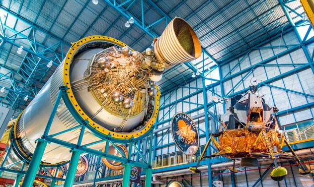 Los motores de despegue del cohete Saturno V se exponen en el Kennedy Space Center, EEUU © NaughtyNut / Shutterstock