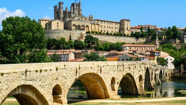 Sobre el río Orb, en Béziers, se alza la catedral fortificada de Saint-Nazaire, del s. XIII © 7Horses / Shutterstock