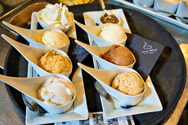 En Terre Adélice los helados se sirven en cucharas hondas de porcelana blanca, Lyon, Francia © Monica Suma / Lonely Planet