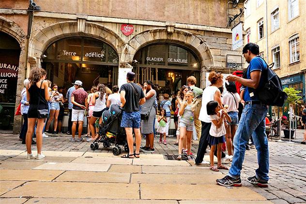Haciendo cola frente a Terre Adélice, Lyon, Francia © Monica Suma / Lonely Planet