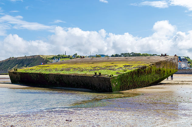 Gold Beach y los puertos Mulberry en Arromanches-les-Bains, Normandía, Francia © LuXpics / Shutterstock