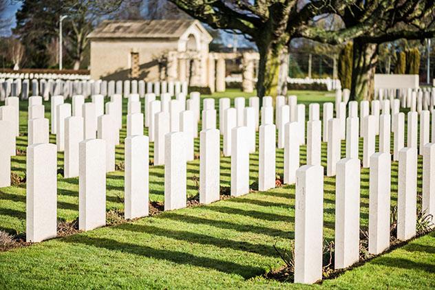 Lápidas del cementerio de guerra de Bayeux, Normandía, Francia © marcin jucha / Shutterstock