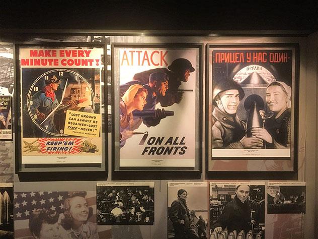 En el interior de Le Mémorial de Caen hay carteles antiguos de la II Guerra Mundial, Caen, Normandía, Francia © Damian Harper / Lonely Planet