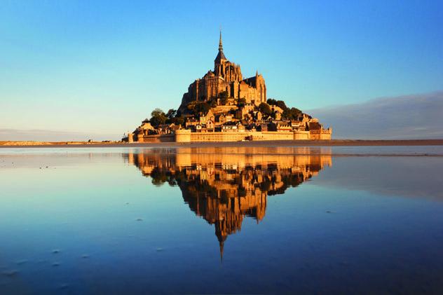 La isla-comuna y la abadía de Mont St-Michel, Normandía, Francia © Kanuman / Shutterstock