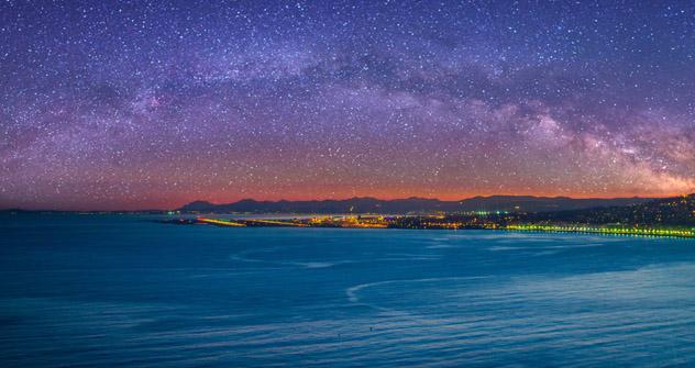 Noche estrellada sobre Niza, Provenza, Francia © Olena Z / Shutterstock