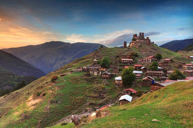 Casas-torre en una aldea de montaña en Tusheti, Georgia © PrimePhoto / Shutterstock