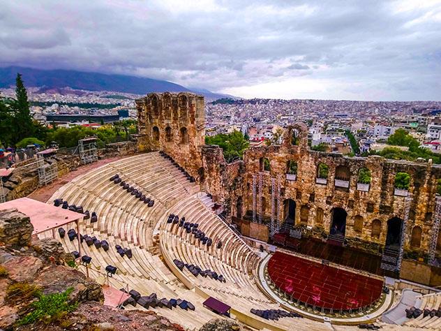 El Odeón de Herodes Ático es un escenario imponente para los conciertos, Atenas, Grecia © slaventiy / Shutterstock
