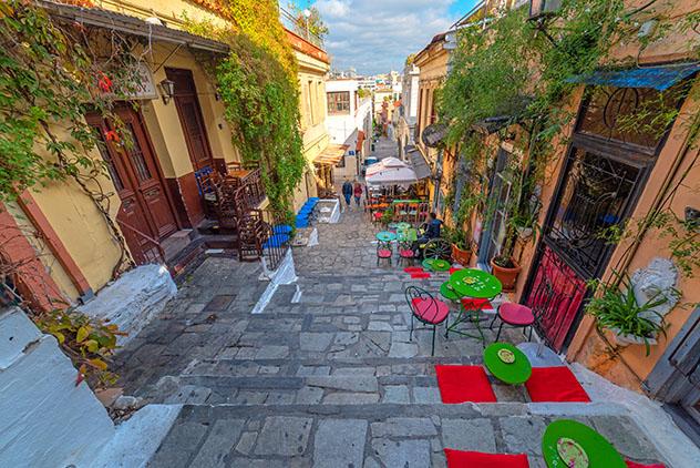 Mesas al aire libre en Plaka, Atenas, Grecia © KOSTAS TSEK / Shutterstock