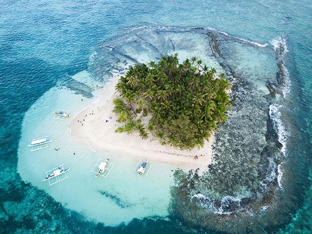 La isla Guyam está cerca de Dapa, Filipinas © Roser Pie / Shutterstock