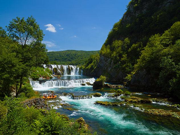 'Rafting' de aguas bravas en la preciosa cascada Štrbački Buk, Bosnia y Herzegovina © dotshock / Shutterstock