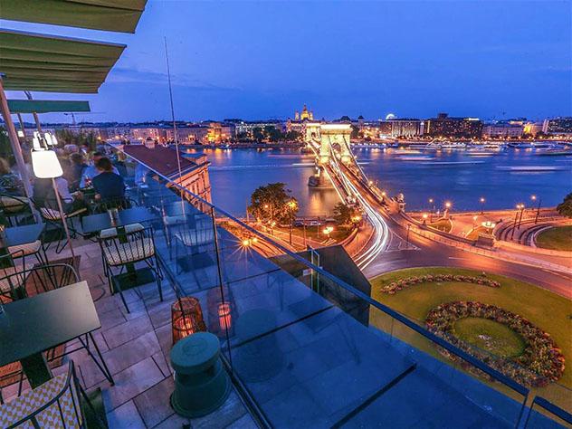 Vistas de Budapest desde el bar de azotea Leo rooftop bar