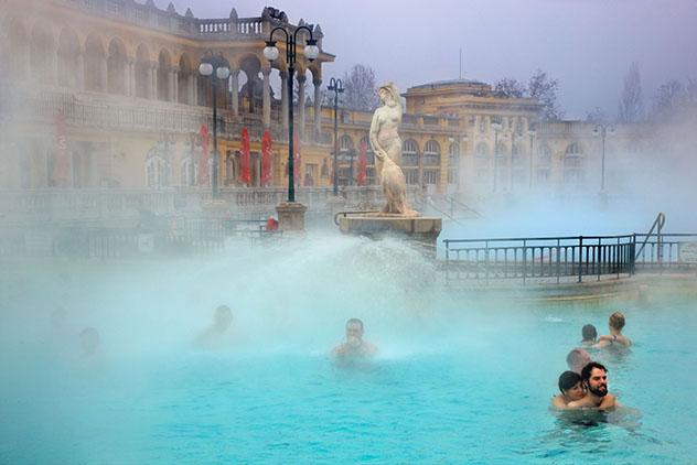 Europa en invierno: baños termales de Budapest, Hungría