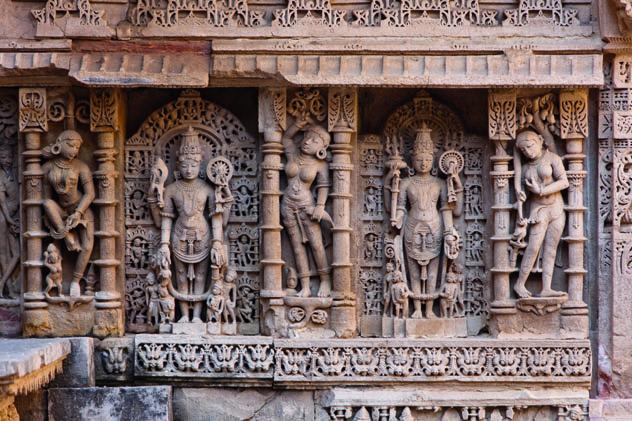 Las detalladas esculturas del pozo escalonado de Rani-Ki-Vav, en Patan, Gujarat, India © davidevision / Getty Images