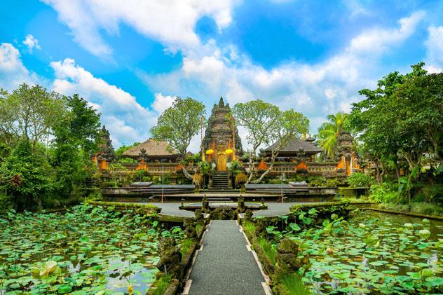 Los ubicuos templos de Ubud realzan el ambiente espiritual de la ciudad, Bali, Indonesia © Sytilin Pavel / Shutterstock
