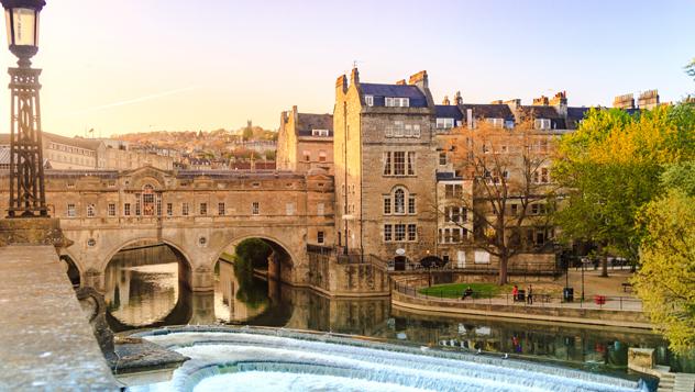 El puente Pulteney, del s. XVIII, en Bath, uno de los muchos destinos tentadores del Reino Unido para los viajeros que buscan gangas © bento42894 / Shutterstock